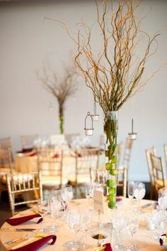 Ai você me pergunta, onde estão as flores? Já que a pasta é de flores, e eu lhe respondo: E precisa??? Lindo arranjo de galhos e fritas que substituem lindamente as flores para a mesa de convidados.