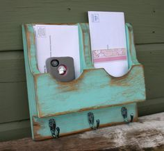 Organize yourself as you enter and leave the house. This key rack/mail shelf has 2 Mail slots to store letters, phones, sunglasses and more. The