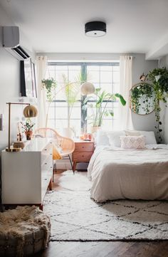 One of our favorite vloggers takes a look at her happy home - zimmer - Apartment Decor Decor Room, Bedroom Decor, Home Decor, Bedroom Furniture, Small Room Decor, Room Decorations, Furniture Layout, Christmas Decorations, Home Design