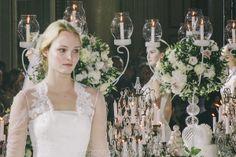 ABITI DA SPOSA 2015: ENZO MICCIO PRESENTA LA SUA PRIMA BRIDAL COLLECTION - Decor candelabro com arranjo