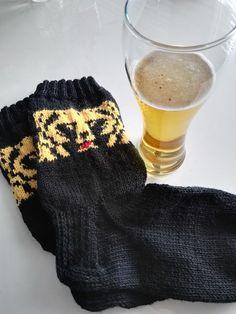 Karhu-sukat oluen ystävälle | Kodin Kuvalehti Knitting Charts, Knitting Socks, Knitting Patterns, Knitting Ideas, Woolen Socks, Cotton Anarkali, Knitting For Charity, Sari, Knit Or Crochet