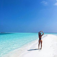 The most detailed travel guide about the Maldives for every budget! Learn everything about the Maldives and plan your the best vacation! The Beach, Beach Girls, Fiji Beach, Summer Beach, Beach Poses, Foto Pose, Photo Instagram, Tropical Paradise, Beach Photography