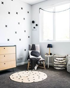 When it comes to the baby nursery, you need to pay attention to the trends that is currently happening. In this article, we will show you some of the 2018 baby nursery trends that you can apply for your own. Monochrome Interior, Monochrome Nursery, White Nursery, Modern Kids Furniture, Baby Room Furniture, Nursery Inspiration, Kid Spaces, Kids Decor, Interiores Design