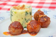 Soy meatballs in sweet and sour sauce Dutch Recipes, Meat Recipes, Slow Cooker Recipes, Paleo Recipes, Cooking Recipes, Typical Dutch Food, Good Food, Yummy Food, English Food