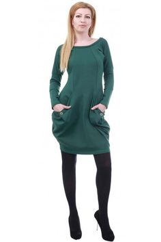 Green balloon-type dress with long sleeves. The dress is with pockets with buttons on them. The model is made of cotton jersey fabric. The dress is with comfortable everyday cut.