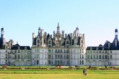 Here's a quick guide to exploring the Loire Valley castles: which castles to visit, what to look for and how to do it. Plus pretty photos! Lake Annecy, Paris In Spring, Castles To Visit, French Castles, Adventure Bucket List, Visit France, Beautiful Castles, Europe Destinations, French Riviera