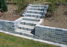Stödmuren fortsätter en bit upp i trappan där d Outdoor Landscaping, Front Yard Landscaping, Outdoor Gardens, House Landscape, Landscape Design, Garden Design, Garden Gates And Fencing, Outdoor Stairs, Gravel Garden
