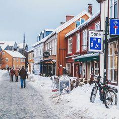 Bakklandet to dzielnica Trondheim do której warto od czasu do czasu wrócić. Małe kolorowe domeczki wąskie uliczki i jedyna w swoim rodzaju... winda dla rowerów  to właśnie tam byliśmy w czasie naszych Walentynek w @sabrurasushi.  . Ja tymczasem zabrałam się już za planowanie weekendu - okazuje się że w rejonie Trondheim jest masa świetnych rzeczy do zobaczenia. W tym tygodniu pomyślałam by odwiedzić wyspy Hitra i Frøya które znajdują się jakąś godzinę drogi autem od Trondheim  najciekawsze… Trondheim, Street View, Instagram