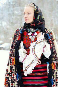 Costume Nasau by Silvia Floarea Toth, Romania Mode Gipsy, Mode Boho, Folk Fashion, Ethnic Fashion, European Fashion, Folk Costume, Costumes, Romanian Women, Romanian People