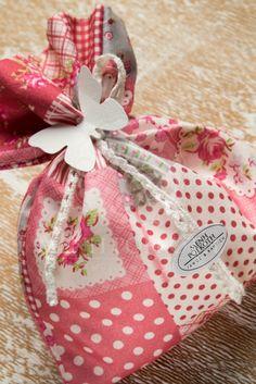 Μπομπονιέρα βάπτισης για κορίτσι φλοράλ πουγκί με βαμβακερή δαντέλα και  χάρτινη πεταλούδα 19846a1b159