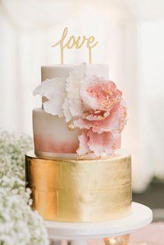 Blush & Gold Wedding Cake with Love Cake Topper Metallic Wedding Cakes, Pink And Gold Wedding, White Wedding Cakes, Blush And Gold, Wedding Blush, Gold Wedding Cake Toppers, Classic Wedding Cakes, Chic Wedding, Wedding Events