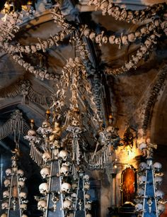 Osario de Sedlec, República Checa. En la población checa de Kutná Hora, existe una basílica medieval que produce escalofríos: su decoración está elaborada a base de auténticos huesos humanos. Contiene unos 40.000 esqueletos humanos diferentes, de personas que fueron enterradas aquí desde el siglo XIII.