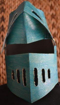 Casc de cavaller, de cartró. http://infantastics.blogspot.com.es/