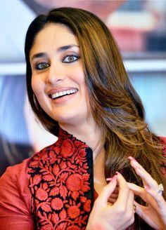 Kareena Kapoor Khan during a promotional event for her upcoming film Satyagraha… Kareena Kapoor Photos, Kareena Kapoor Saree, Deepika Padukone, Indian Celebrities, Beautiful Celebrities, Beautiful Actresses, Randhir Kapoor, Karena Kapoor, Bollywood Wallpaper