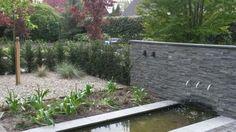 Spiegelvijver met uitstroom van RVS. De holle muur is bekleed met natuurstenen strips. Strips, Rvs, Garden, Water, Plants, Gripe Water, Garten, Lawn And Garden, Gardens