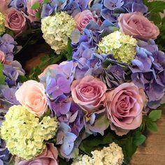 En begravning idag #kyrkan #sorg #farväl #blommor #blomster #Padgram