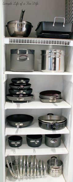 Kitchen Designs Ideas for Organizing Pots and Pans. >> Find out even more at the image - Tired of all your disorganized pots and pans? Get you kitchen organized easily with these 10 awesome tips for organizing pots and pans! They're so easy to implement! Cocina Diy, Small Kitchen Storage, Kitchen Shelves, Pantry Storage, Smart Kitchen, Kitchen Small, Pantry Cupboard, Country Kitchen, Storage Units