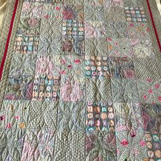 I finished this gorgeous quilt for @juleenjaeger its called Kaffe's Greys. I kept the quilting light. This quilt is going to be so soft to snuggle with. I can picture Juleen all tucked in tight reading a book under this gorgeous quilt. We used Tuscany batting by Hobbs. It is a cotton wool blend. #quiltingismybliss #customquilting #superiorthreads #proudinnovian #innovalongarm