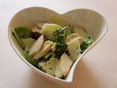 Salade verte au poulet, copeaux de fromage et sauce au wasabi