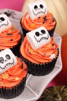 Monster Pumpkin Cupcake Idea ★ Explore creative decoration ideas for Halloween cupcakes. From cute to creepy, these easy DIY toppers are super fun for kids and adults. halloween desserts 42 Spooktacular Halloween Cupcakes Ideas To Have Much Fun Halloween Desserts, Hallowen Food, Bolo Halloween, Halloween Cupcakes Decoration, Halloween Cupcakes Easy, Cute Desserts, Halloween Food For Party, Halloween Ideas, Halloween Pumpkins