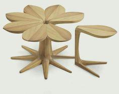 꽃모양으로 모아지는 의자들. 이때, 의자들이 모여서 만들어진 꽃 모양은 테이블이 된다. 의자가 낱개면서 모이면 전체가 되는것이 참신하다.