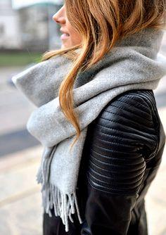 Maxi écharpe grise + perfecto en cuir noir = le bon mix