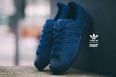 adidas beweist mal wieder, dass das Jahr des Superstars noch lange nicht vorbei ist: Als Superstar RT erhält der B-Ball-Klassiker ein Upper aus nachtblauem Velours-Leder, welches eine gleichfarbige Sohle und Zehenkappe einrahmt. Durch die einfarbige Gestaltung entsteht ein unverfälscht edler Look. Artikelnr.: 1004163 Sizerun: 36 2/3-47 1/3 Preis: 99,99 Euro #snipes #snipesknows #adidas #superstarrt #adidassuperstar #sneaker