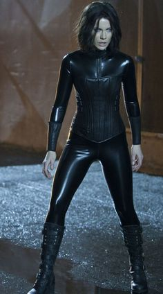"Kate Beckinsale: ""I eat more in catsuit mode"" - Gorgeous Kate Beckinsale doesn't want to look skinny and frail when filming Underworld, where her character wears latex bodysuits. Underworld Selene, Underworld Movies, Underworld Vampire, Underworld Kate Beckinsale, English Actresses, Actors & Actresses, Actrices Sexy, Celebs, Celebrities"