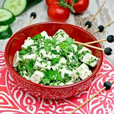 Marinate your Greek feta cheese in olive oil with lemon juice garlic and fresh herbs. (in Dutch) Lemon Olive Oil, Milk Recipes, Feta, Fresh Herbs, Lettuce, Tapas, Slow Cooker, Garlic, Dairy