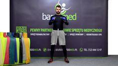 Taśma rehabilitacyjna w ćwiczeniu wzmacniającym mięśnie klatki piersiowej