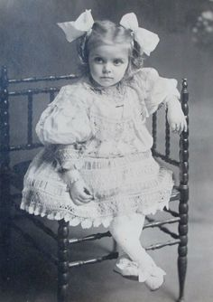 Cabinet card gorgeous little victorian girl amazing dress bows eleanor 2 Vintage Children Photos, Vintage Girls, Vintage Pictures, Vintage Images, Vintage Lace, Vintage Postcards, Les Enfants Sages, Vintage Beauty, Vintage Fashion