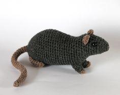 Grijze rat haakwerk aan het stuk speelgoed