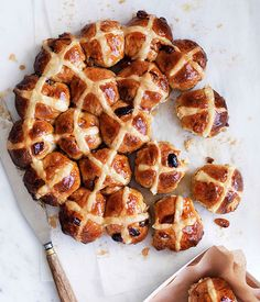 Apple and cinnamon hot cross buns recipe :: Gourmet Traveller Cross Buns Recipe, Bun Recipe, Easter Recipes, Apple Recipes, Apple Desserts, Baking Recipes, Pan Comido, Good Food, Yummy Food