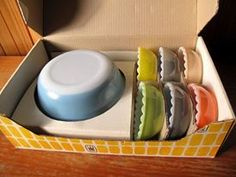 Pyrex Agee Pudding set with scalloped dessert bowls... these are amazing!  And in the box?!!! Un effin believable