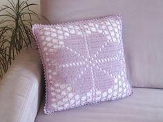 onmyway: Häkelanleitung: Kissenbezug Blume, 40cmx40cm Throw Pillows, House And Home, Flower Crochet, Tutorials, Deco, Presents, Toss Pillows, Decorative Pillows, Decor Pillows