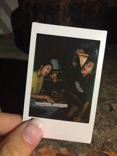 Polaroid Pictures - Fushion News Polaroid Foto, Polaroid Instax, Polaroid Camera, Polaroid Wall, Bff Pictures, Cute Photos, Polaroid Pictures Tumblr, Polaroid Pictures Photography, Photo Instagram