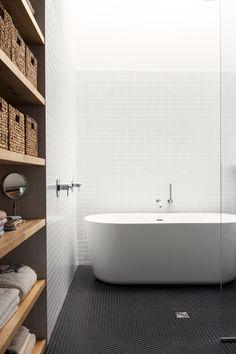 Réalisation de La SHED architecture. Plancher en mosaïque hexagone noir et bain…
