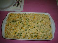 1 peito de galinha (desfiado)  - Cebola  - Pimentão (picados)  - 1 dente de alho (amassado)  - 1 caldo de galinha  - Cuminho, coloral, sal, molho de tomate, vinagre e um fio de óleo  - 1 lata de milho verde  - 1 lata de ervilha  - 2 colheres de sopa de creme de leite  - 1 colher de chá de maizena  - 3 colheres de sopa de requeijão  - 2 colheres de queijo ralado  - 4 xícaras de arroz (refogado)  -