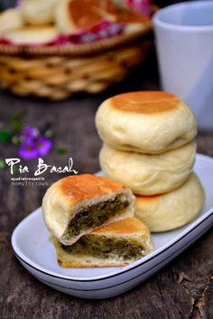 Food photography, cake, cookies and Indonesian food. Indonesian Desserts, Asian Desserts, Indonesian Food, Donut Recipes, Cake Recipes, Cooking Recipes, Bread Recipes, Coconut Buns, Resep Cake