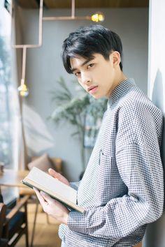 ภาพที่ถูกฝังไว้ Asian Male Model, Male Models, Short Hair For Boys, Song Wei Long, Cute Asian Guys, Cute Anime Pics, Asian Babies, Asian Hair, Poses