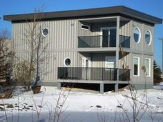 Custom Container House by ADM Storage , via Behance - Otro diseño bien definido donde se advierte el material reciclado pero usado en función de lograr un aspecto propio de residencia