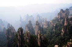 """Montagne di Tianzi, Cina . Formatesi come risultato dell'attività vulcanica almeno 380 milioni di anni fa, oggi alcune vette raggiungono più di 4000 metri sopra il livello del mare. Sono state """"utilizzate"""" da James Cameron come ambientazione per il film Avatar"""