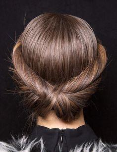Le chignon graphique On craque pour ces torsades entremêlées qui forment un chignon bas ultra chic. Retrouvez toutes nos idées de coupes pour cheveux longs.