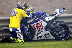 Valentino Rossi says bye bye to Yamaha and kisses his Bike Motogp Valentino Rossi, Valentino Rossi 46, Yamaha Bikes, Yamaha Yzf, Ducati, Gp Moto, Sidecar, Course Moto, Sportbikes