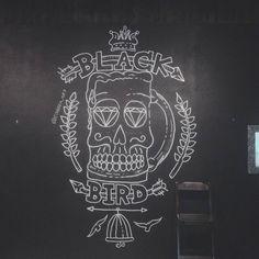 Desenho feito com giz na parede do @pubblackbird. Tamanho 2,80m de altura por 1,70m de largura. Algumas alterações feitas em base da ideia original, mas o resultado ficou bacana.