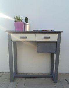 Pequeña consola gris y blanca. Luniqueblog.com