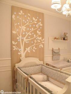 Painel de madeira com estampa de árvore em branco iluminado com led.