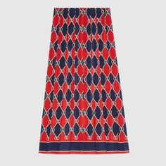 Introduced on the Fall Winter 2017 runway, the Gucci rhombus print is shown on an essential cut, the mid-length pleated skirt. Gucci Rhombus silk skirt