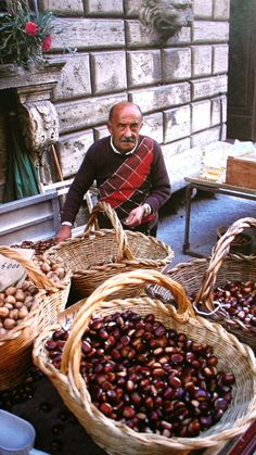 Chestnut seller in Italy. people and Basket. Basket in everyday life. and Basket Basket Italian Life, Italian Style, Food Trucks, Lucca, Pisa, Verona, Living In Italy, Visit Italy, Sicily