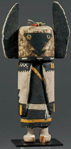 """ANGWUSHAHAY'I - Rare Katsina doll Angwushahay'i ( Antes 210) or Kachina Angwushahái -i ( Colton 13). Circa 1930. Hopi , Arizona, USA The Mask is the raven bride """" Angwushahay'i """" (3rd Mesa ) recognizable by its two black inverted triangles and superimposed . This is a slight variation of the Tumas Crow Mother ( 1st Mesa ) . Triangles are painted the bride on a green background chlorophyll whose shades and transparencies , make this a true Kachina animated by a strong inner life gem."""